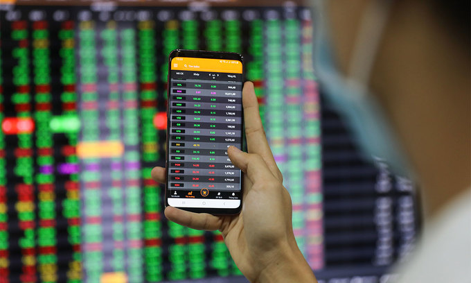 An investor looks at stock prices on a smartphone at a brokerage in Ho Chi Minh City. Photo by VnExpress