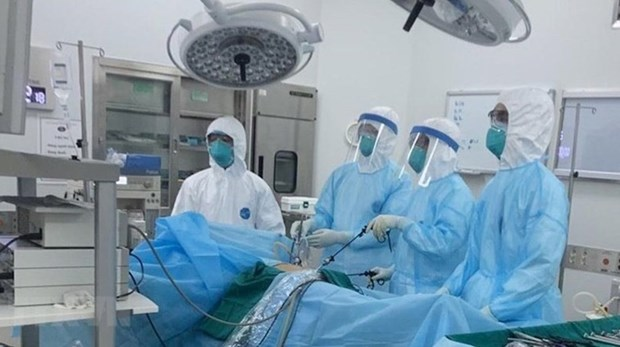 Doctors at National Hospital for Tropical Diseases are treating a COVID-19 patient. (Photo: VNA)