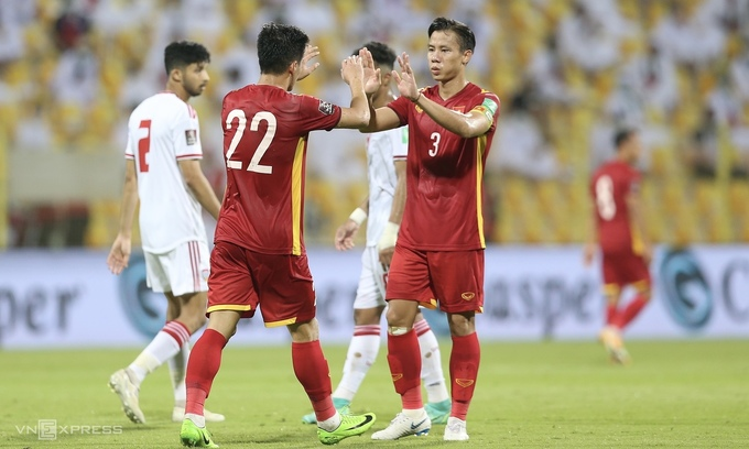 Captain Que Ngoc Hai (R) greets Nguyen Tien Linh who scored one of Vietnam's two goals in the World Cup qualification game with the UAE, June 15, 2021. Photo by VnExpress/Lam Thoa.