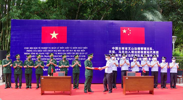 At the talks. Photo: bienphong.com.vn