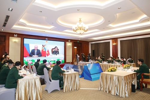Vietnamese delegates watch the congratulatory video message of Russian President Vladimir Putin sent to the conference.
