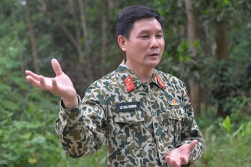 Senior Colonel Le Dai Duong equipping troops with essential life-saving tips