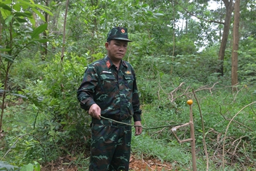 Trainees are taught how to lay traps in the forest.
