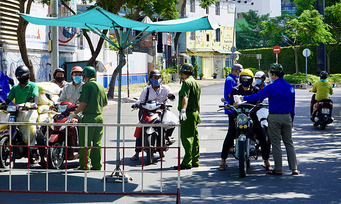 Police stop residents for paper check at a Covid-19 checkpoint in HCMC's Phu Nhuan District, July 10, 2021. Photo by VnExpress/Gia Minh.