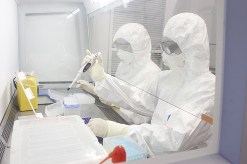The Vietnam-Russia Tropical Center's personnel testing samples on the container lab