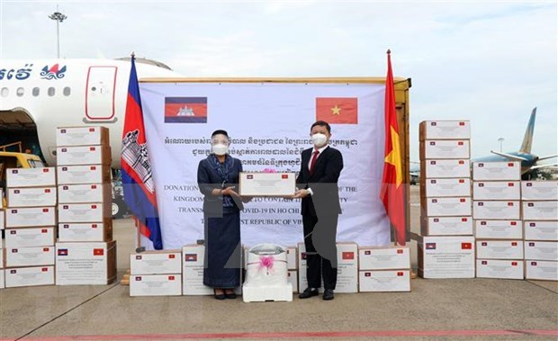 Youk Sambath, Secretary of State under the Cambodian Ministry of Health (left) hands over the aid to Vice Chairman of HCM City People's Committee Duong Anh Duc (Photo: VNA)