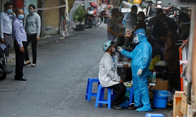 People are tested for Covid-19 in a locked down area in Ho Chi Minh City, May 21, 2021. Photo by VnExpress