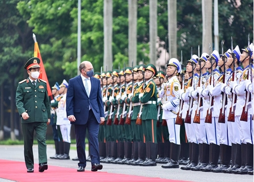 Vietnamese Defense Minister and U.K. Secretary of State for Defense review Guards-of-Honor of the Vietnam People's Army.