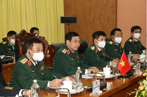 Vietnamese Defense Minister General Phan Van Giang (2nd from left) at the talks