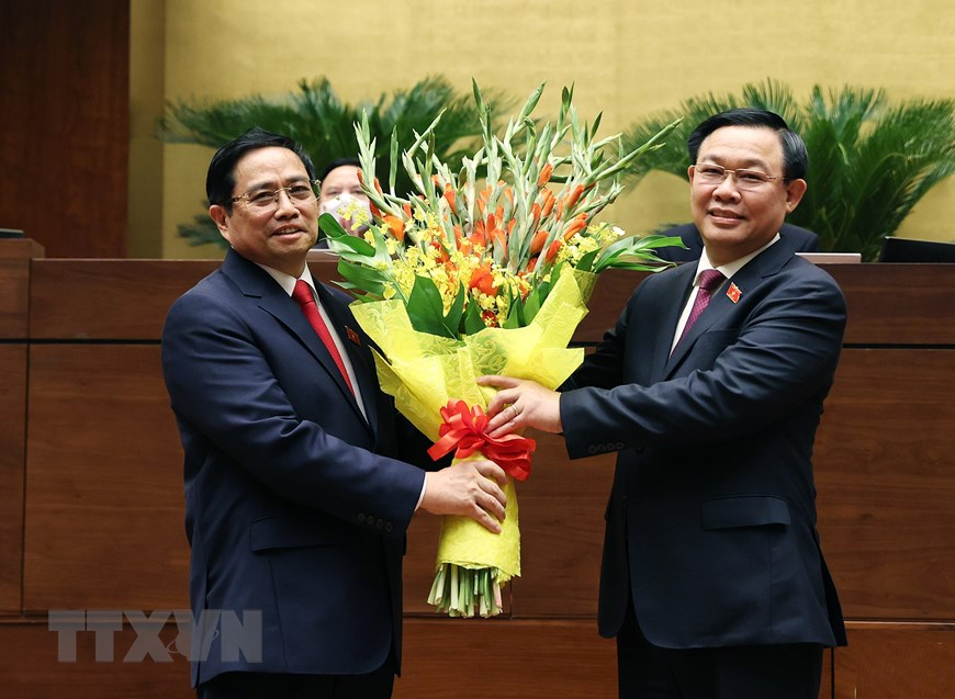 NA Chairman Vuong Dinh Hue congratulates Pham Minh Chinh on his election as Prime Minister of Vietnam. Photo: VNA