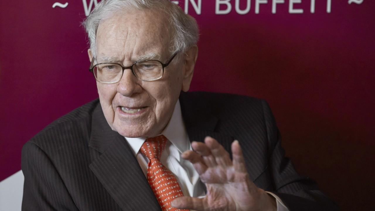 warren buffett sheds big stakes in banks and goes for the gold