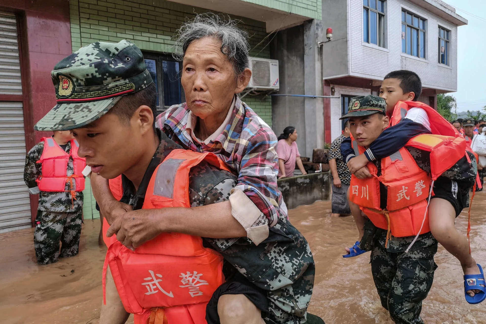 floods in china kill hundreds displace millions