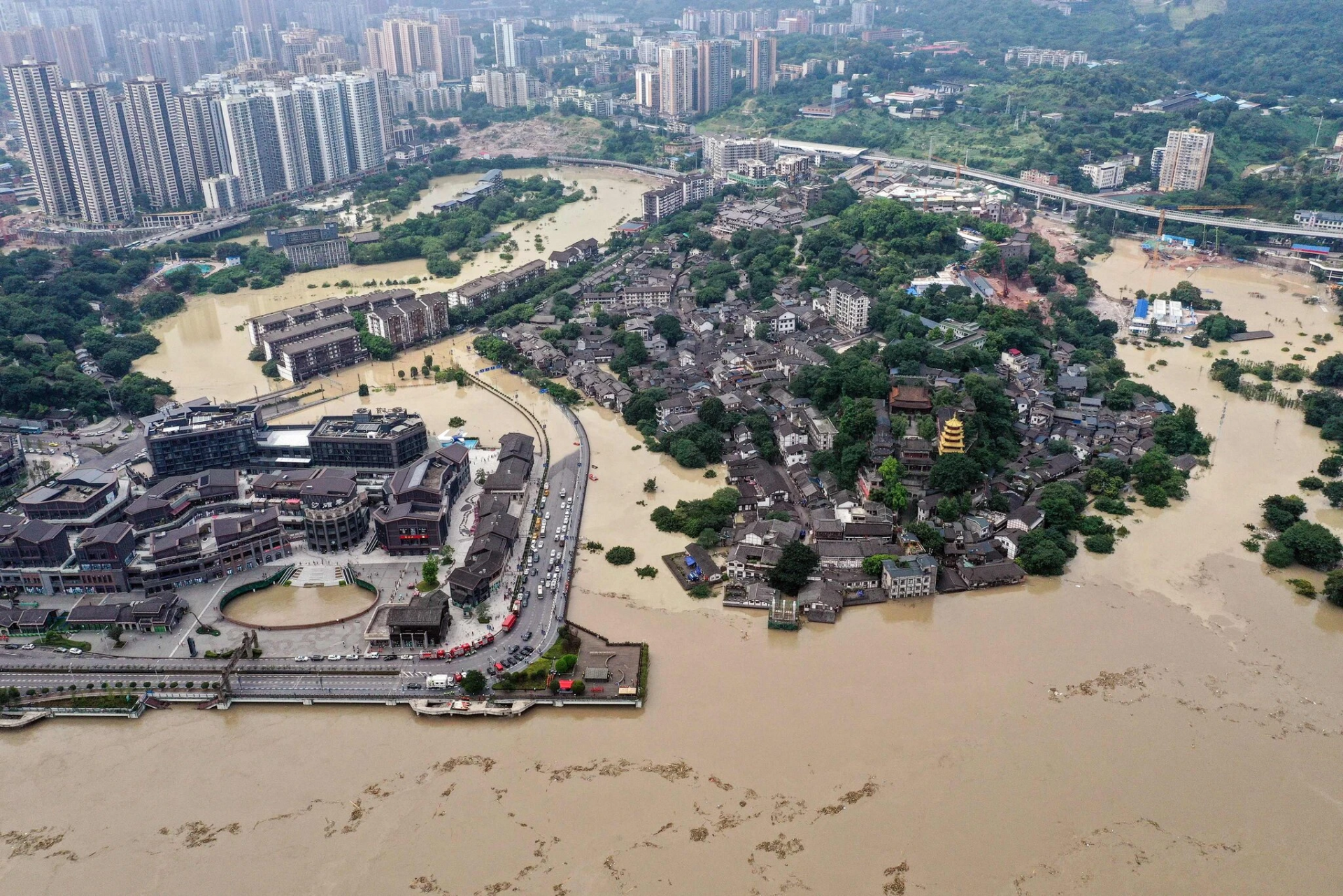 Floods in China kill hundreds, displace millions