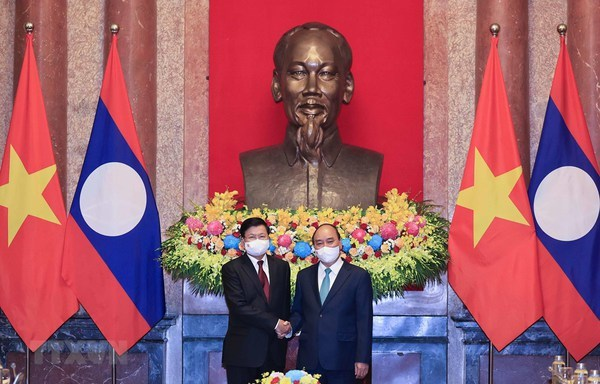 President Nguyen Xuan Phuc (R) welcomes General Secretary of the Lao People's Revolutionary Party (LPRP) Central Committee and President of Laos Thongloun Sisoulith in Hanoi on June 29, 2021 (Photo: VNA)