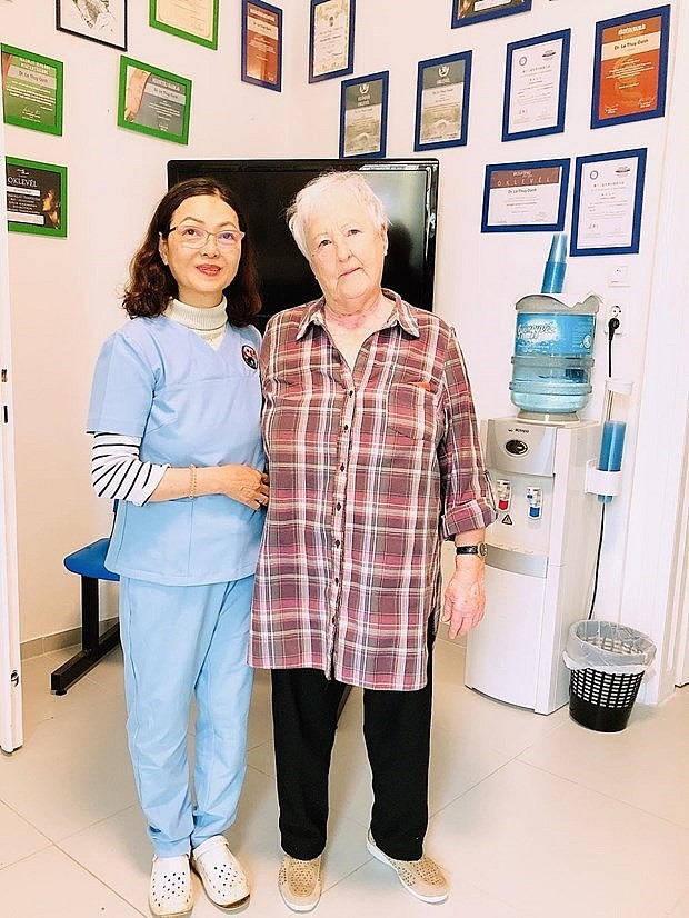 Dr. Oanh and a female patient with breast cancer treated with the catgut embedding method since 1990 (Photo courtesy of Dr. Le Thuy Oanh)