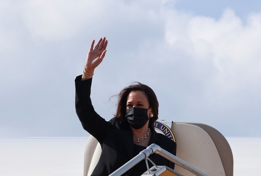 VP Kamala Harris waives her hand before boarding Air Force Two to leave Vietnam. (Photo: Reuters).