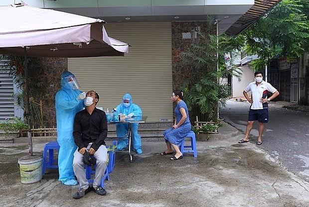 Taking samples for COVID-19 testing in Hanoi's Hoang Mai district (Photo: VNA)