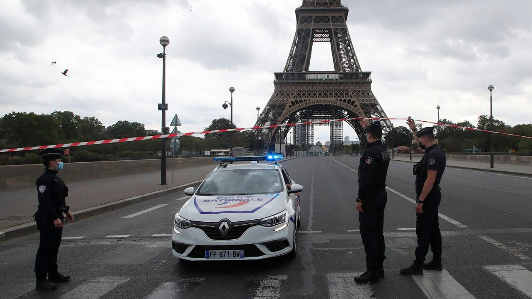 eiffel tower briefly evacuated after bomb hoax