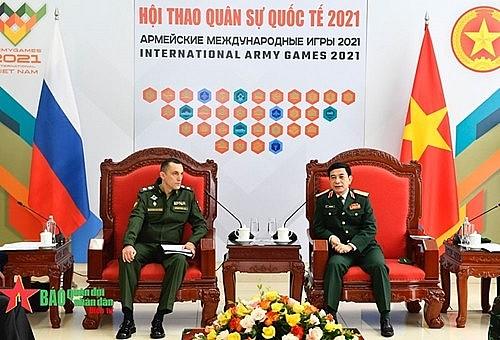 General Phan Van Giang (right) receives Russian Deputy Defense Minister Aleksey Yurievich Krivoruchko.