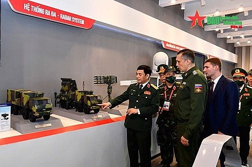 The two defense leaders visit the weaponry and military equipment exhibition area held in the framework of the Army Games in Vietnam.