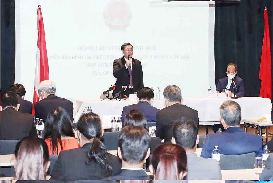 National Assembly Chairman Vuong Dinh Hue speaks at the meeting.