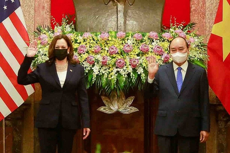U.S. Vice President Kamala Harris (L) meets wit Vietnam's President Nguyen Xuan Phuc in Hanoi, August 25, 2021. Photo by The World and Vietnam Report