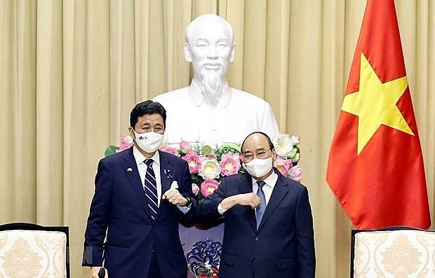 State President Nguyen Xuan Phuc (R) welcomes Japanese Minister of Defence Kishi Nobuo (Photo: VNA)