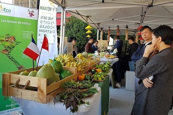A booth showing farm produce from Vietnam at the Rungis International Market in Paris in 2018. (Photo: VNA)