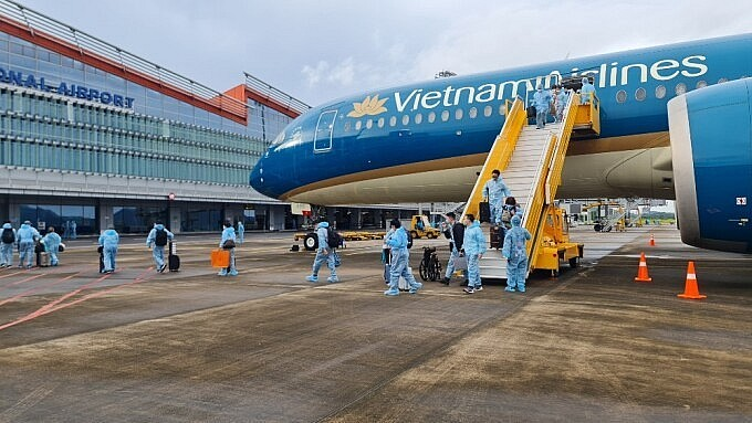 Passengers get off a flight from France at Van Don Airport in Quang Ninh Province, September 23, 2021. Photo by VnExpress