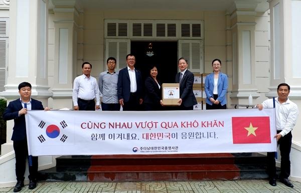 rok presents gifts to da nang in covid 19 combat