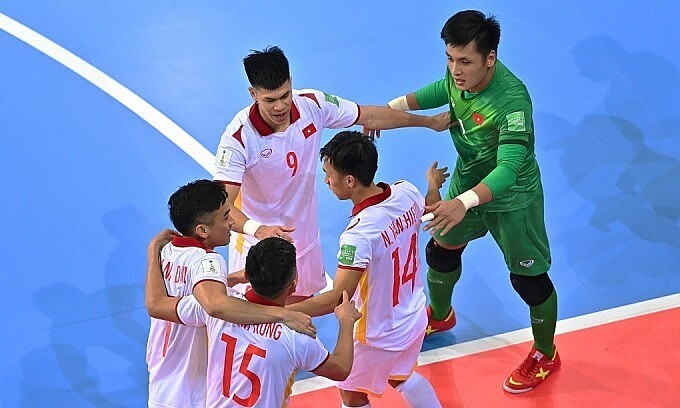Nguyen Van Hieu (number 14) celebrates with his teammates after scoring against Panama at the Futsal World Cup 2021 on September 16, 2021. Photo by FIFA