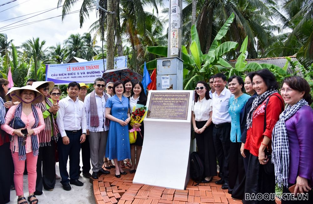 Embassies, international friends help southern Ben Tre province build bridge