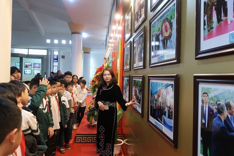 Photos on DPRK leader Kim Jong-un displayed in Lang Son province