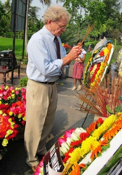 US veteran sends 504 roses to commemorate 504 civilians from Son My, Quang Ngai