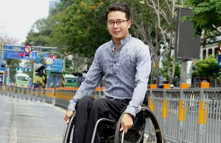 With wheelchair-bound and courage, a Vietnamese with disability has traveled across Vietnam