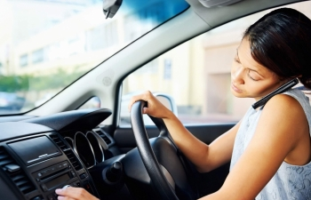 using mobile phone while driving to be strictly banned in vietnam