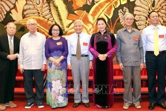 NA leader meets outstanding journalists in Vietnam