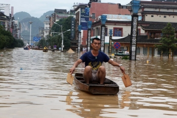china flood latest news downpours to continue raging china raises flood alert to second highest level