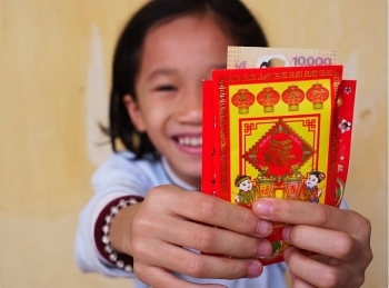 new small banknotes hunted for new year lucky money in vietnam