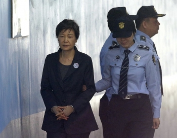 south koreas top court upholds 20 year prison sentence for ex president park