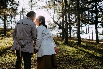Admiring senior couple's photos that touch the heart of Vietnamese netizens