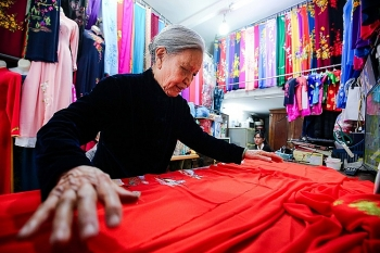 Family of 4 generations sewing Ao Dai in Hanoi Old Quarter: From rusted sewing machine to a famous brand