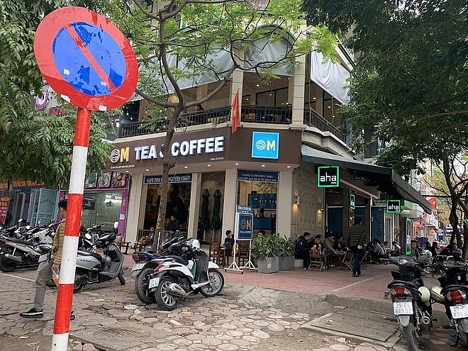 Hanoi's stores and restaurants reopen: Many people drop by coffee after 2 weeks of social distancing