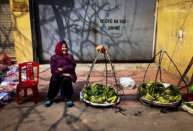Shoulder pole of street vendors - a captivating feature to fall in love with Hanoi