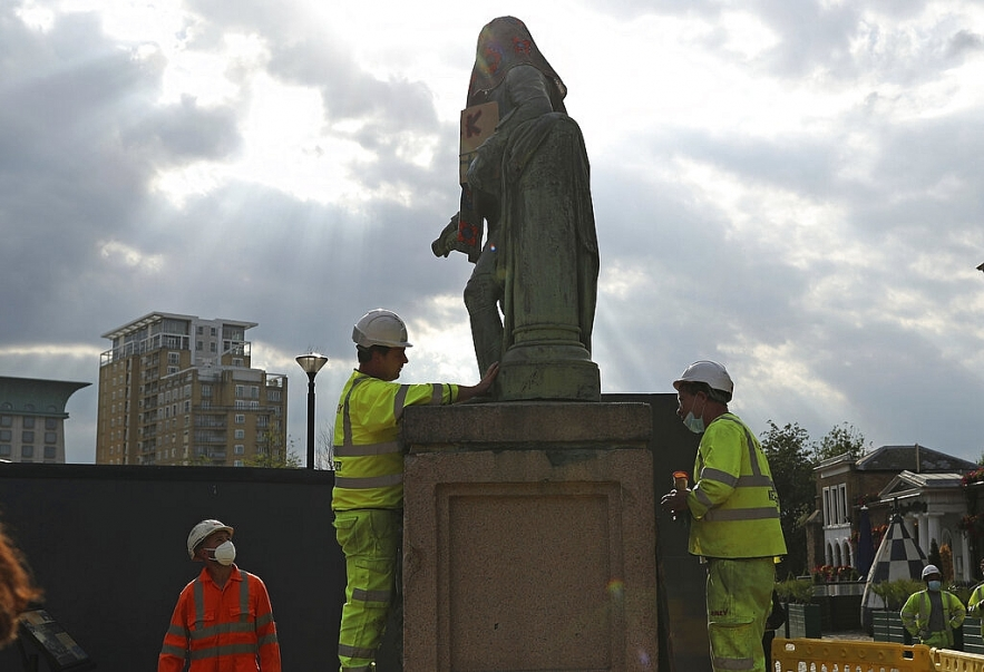 uk removes slave traders statue from outside london museum
