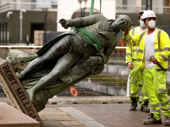 george floyd protests spread worldwide causing uks slave traders statue outside london museum removed