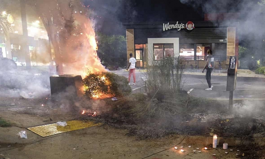 protests in america update protestors set fire to the restaurant where rayshard brooks shot