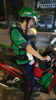 miserable grabbiker carried 8 month old son along his work under baking heat of hcmc