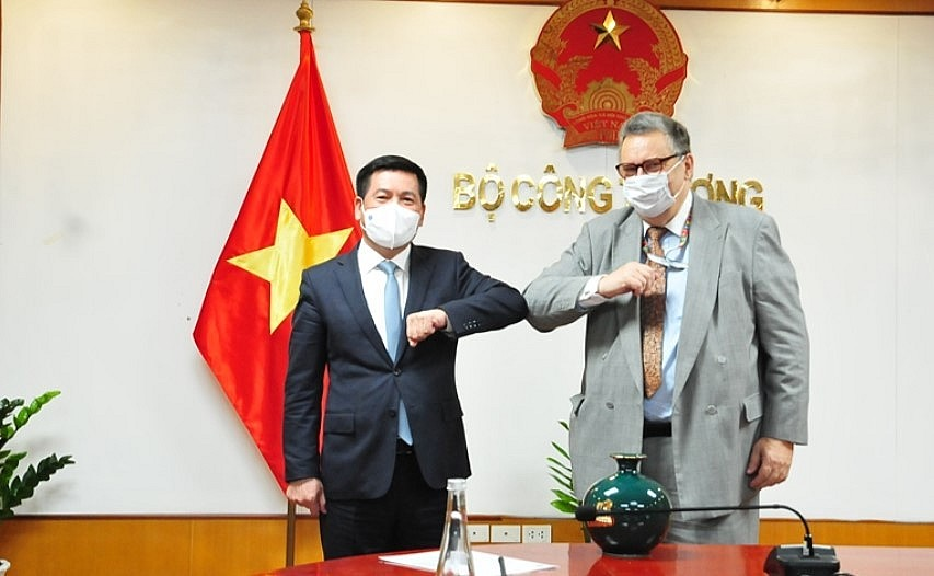 Minister of Industry and Trade Nguyen Hong Dien and Finnish Ambassador to Vietnam Kari Kahiluoto. Source: MoIT