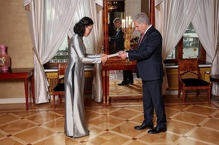 Vietnamese Ambassador Dang Thi Hai Tam presents her credentials to Finnish President Sauli Niinistö. Photo: baoquocte.vn